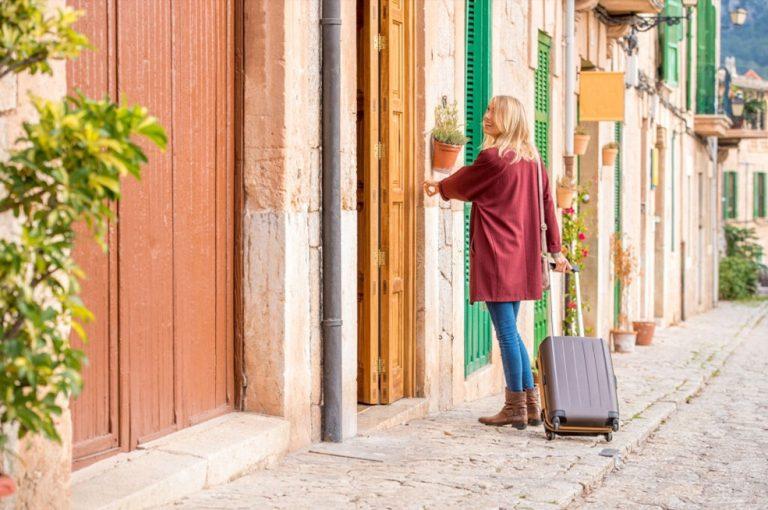 """La Junta aprueba un """"Bono turístico"""" para impulsar el consumo de servicios turísticos en Castilla-La Mancha."""